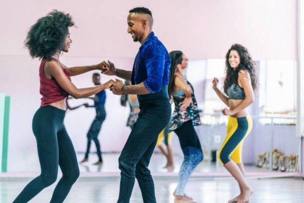 Bailes que nos ayudaran a fortalecer gluteos y piernas salsa