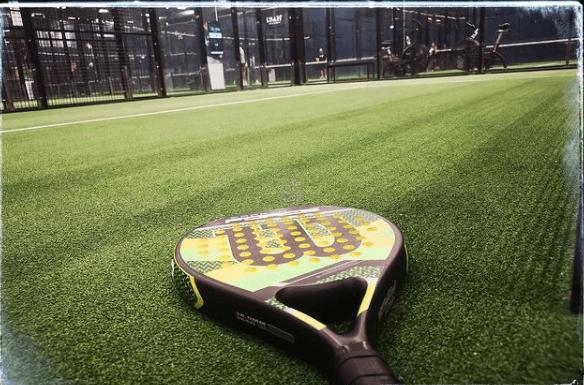 ¿Cuáles son las diferencias y similitudes entre el pádel y el tenis? Pala