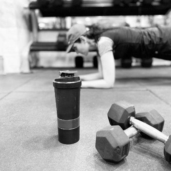 La mejor rutina de pesas HIIT para definir tus músculos plank