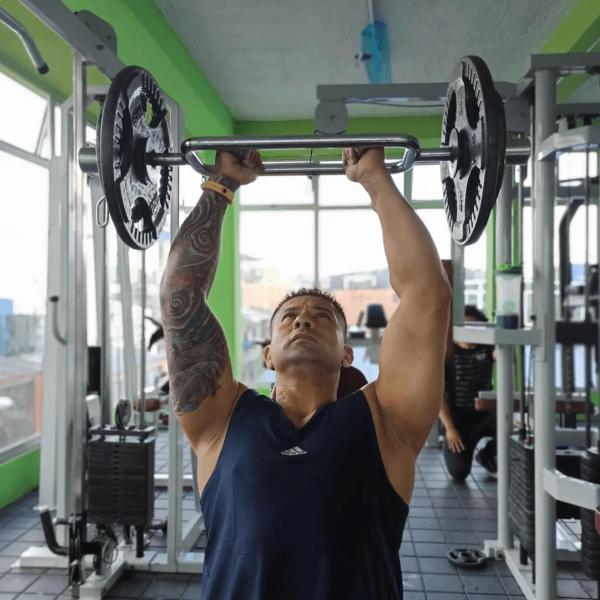 La mejor rutina de pesas HIIT para definir tus músculos definido hombros