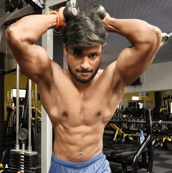 La mejor rutina de pesas HIIT para definir tus músculos definido tríceps