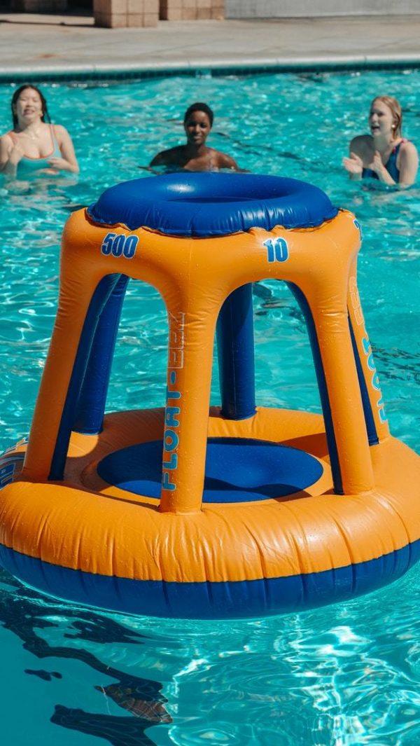Los mejores juegos acuáticos para disfrutar de la piscina canasta