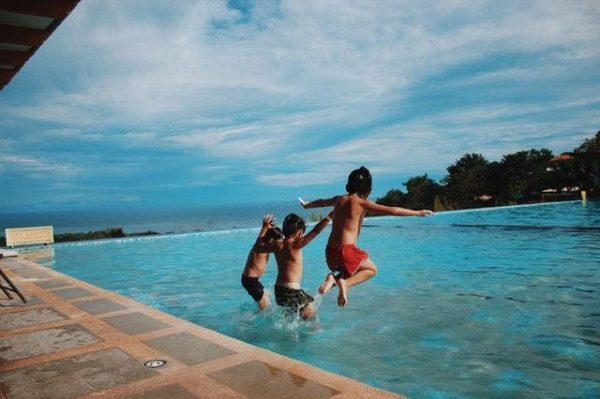 Los mejores juegos acuáticos para disfrutar de la piscina saltos