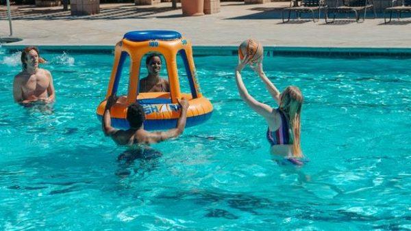 Los mejores juegos acuáticos para disfrutar de la piscina baloncesto