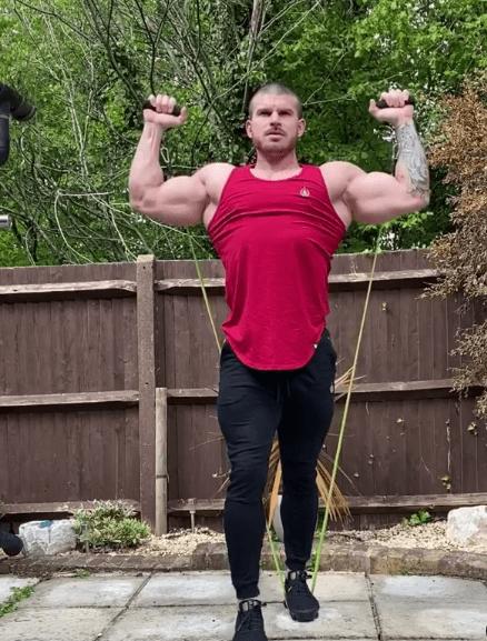 Los mejores ejercicios básicos para entrenar con bandas elásticas triceps