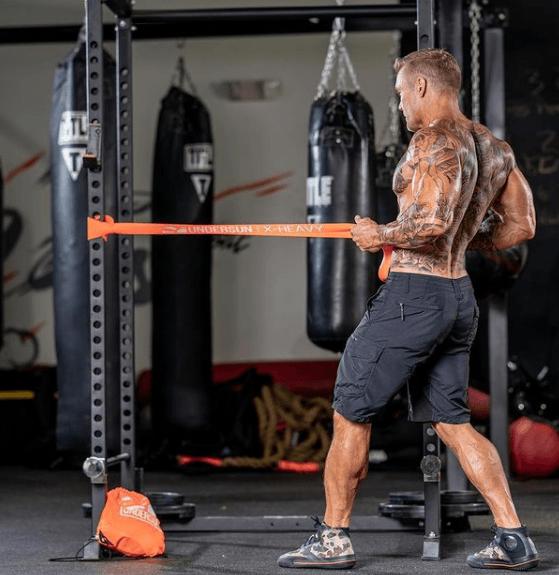 Los mejores ejercicios básicos para entrenar con bandas elásticas remo