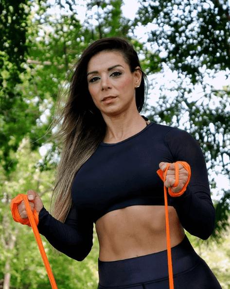 Los mejores ejercicios básicos para entrenar con bandas elásticas color naranja