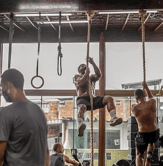 10 mejores ejercicios multiarticulares para adelgazar Subir cuerda