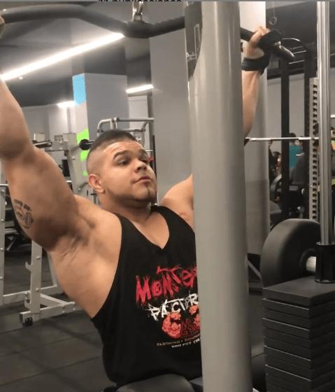10 mejores ejercicios multiarticulares para ganar masa muscular jalón al pecho