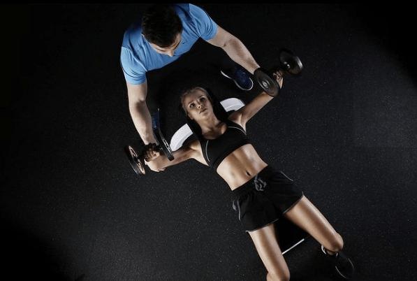 10 mejores ejercicios multiarticulares para ganar masa muscular press de banca con mancuernas