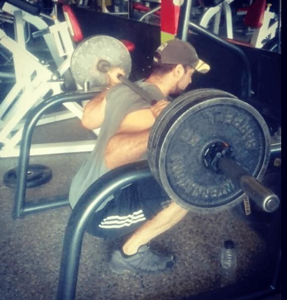 10 mejores ejercicios multiarticulares para ganar masa muscular sentadillas