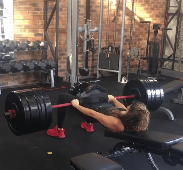 Los mejores ejercicios para tonificar el glúteo en casa elevaciones de cadera