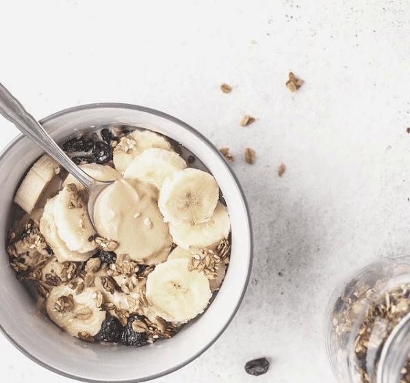 Mitos y falsedades sobre las dietas bajas en Hidratos de Carbono plátano con muesli