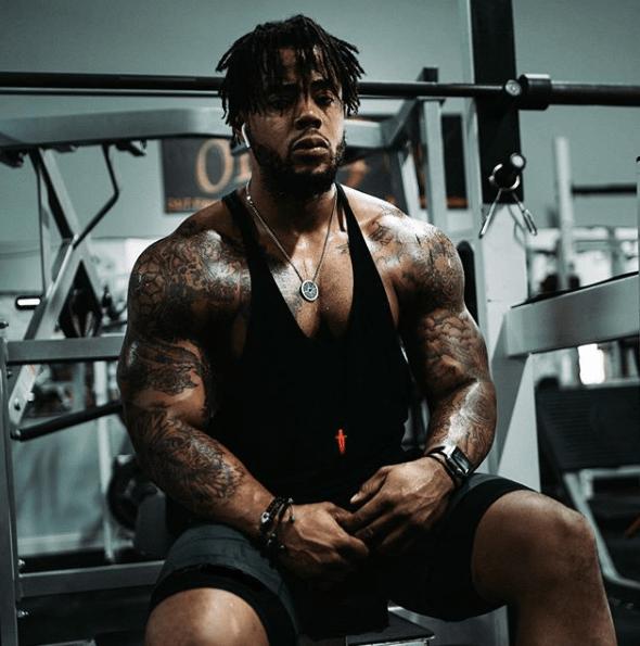 Press Arnold: qué es, cómo se hace y que músculos se trabajan sentado con mancuernas