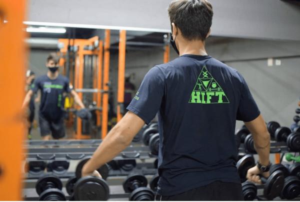 ¿Qué es el entrenamiento HIFT? Diferencias con el HIIT y sus beneficios hombros