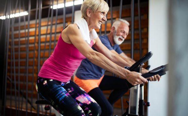 Ejercicio para personas mayores de 60 anos rutina diaria bici estatica