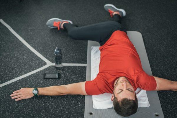 Estiramientos lumbares elevar cruzar pierna hacia el hombro