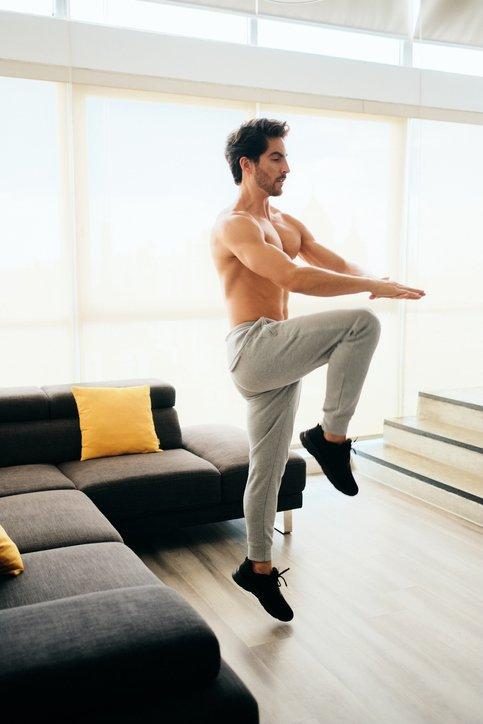 Las mejores rutinas de cardio para hacer en casa durante la cuarentena del coronavirus salto rodilla pecho