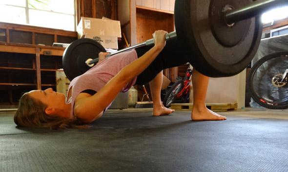 los-7-mejores-ejercicios-para-gluteos-elevacion-de-caderas-con-peso