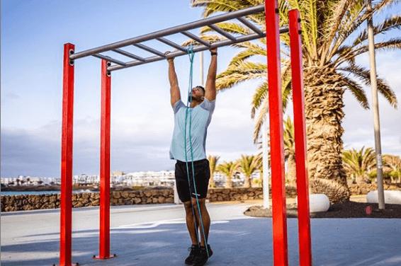 Los 5 mejores ejercicios multiarticulares para adelgazar dominada con goma elástica