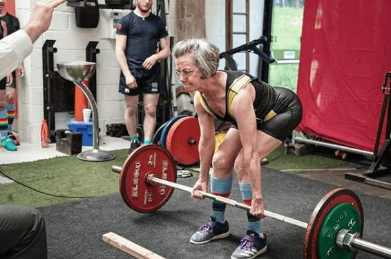 Los 5 mejores ejercicios multiarticulares para adelgazar peso muerto señora 91 años