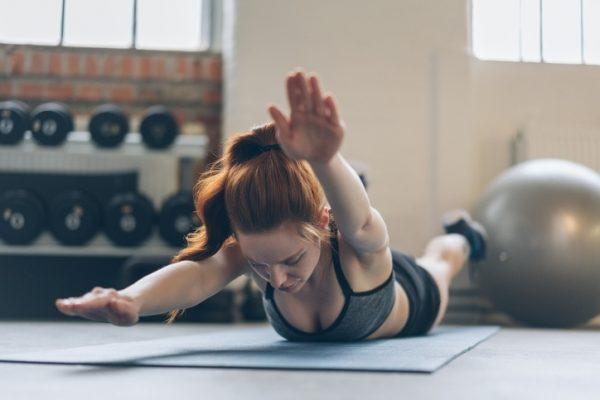 Los mejores ejercicios para entrenar la espalda en casa superman